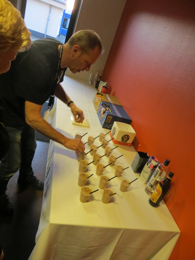 Jaap adding ice to the white russians